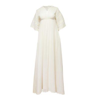 pitkä valkoinen mekko