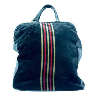 musta samettilaukku