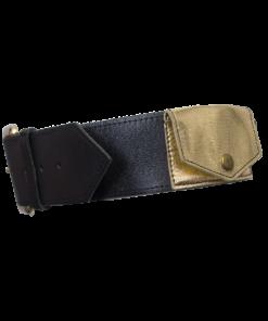 Musta nahkavyö kullanvärisellä taskulla