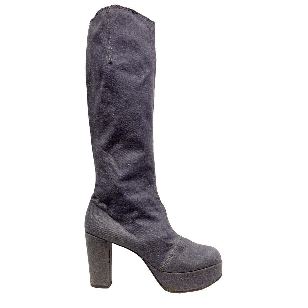 Harva nykymiehistä voisi kuvitella käyttävänsä korkokenkiä. Ennen oli kuitenkin toisin. Korkokengät kehiteltiin alun perin miesten käyttöön. Pohjois-Pohjanmaan museoon Ouluun on koottu Moni kenkä päältä kaunis- kesänäyttely.